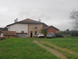 Two interconnecting split level houses, a barn and outbuilding in a large garden (3024m²).