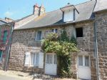 Pretty 2 bedroom cottage in a quiet street at the heart of moncontour