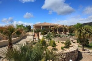 Very comfortable villa with 3 bedrooms and sunny terrace, on a 3800 m² plot with views.