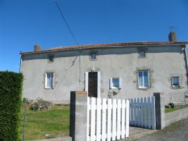 In a quiet area of the country, only 8 kms from the town,  charming old farmhouse : entrance