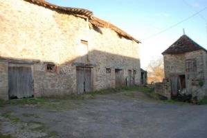 19th century farm buildings, detached, to restore, on 2 648 m² land.