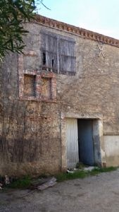 Stone barn with about 105 m² of ground surface, located in a dead end alleyway.