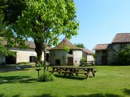 Spacious house in use as B&B, gîte, barn, 2 lakes and land