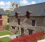 5mn dinan: superb running gite complex of 5 individual stone houses