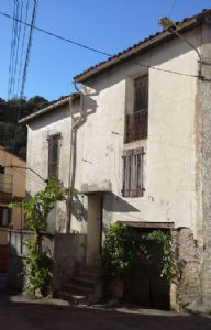 Hamlet character house to renovate with 110 m² of living space and cellars. Good price.