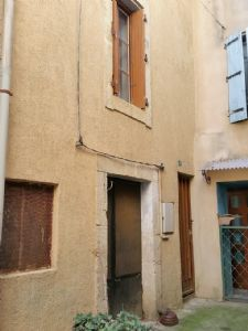 Village house to modernise with 50 m² of living space, well located in a quiet alleyway.