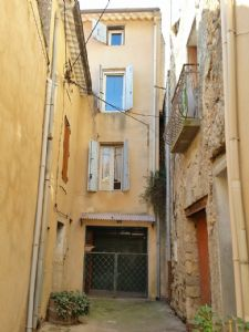 Village house to modernise/renovate with 85 m² of living space in a quiet alleyway.