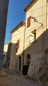 Village house with 72 m² of living space, cellars and in the heart of the historic centre.