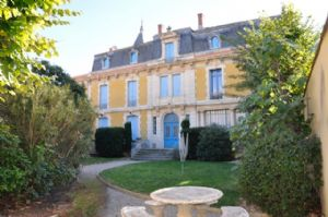 In a chateau, apartment to renovate with 85 m² plus attic to convert and common garden.