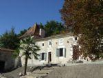 Sud Charente. Logis XVII° à restaurer, dépendances, terrain de 1ha+.