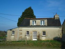 Gourin, two bedroom cottage with terrasse / courtyard. parking.