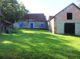 Farmhouse ot renovate on 1ha of land.