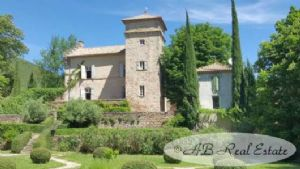 14th/17th century Castle sitting in 2.33ha of partly formal gardens  'jardin à