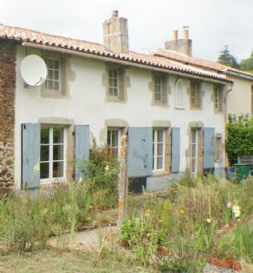 Super cottage, to renovate, in a pretty Deux-Sevres village with amenities.