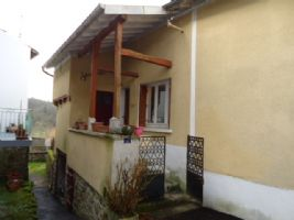 House with self contained apartment/gîte, large attached courtyard and detached garden.
