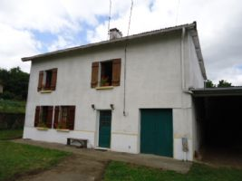 Detached village house set in garden of approx 550m² with garage and attached hangar