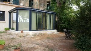 Annexe of a former priory converted into an apartment with 2 bedrooms and a private garden.