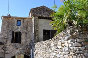 Charming village house with 108 m² of living space, cellars and nice terrace with views.