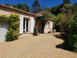 Very charming single storey villa with 98 m² of living space on 669 m² with pool.