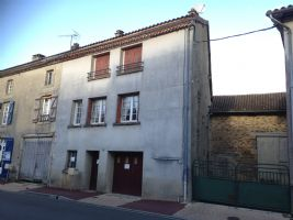Spacious centre of town house (100m²) over a garage.