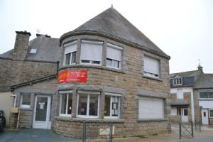 Broons town centre: property divided into 4 bed house  et  shop.