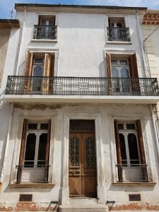 Character house to modernise with 150 m² of living space and large attic and garage.