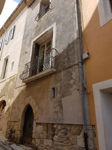 Village house with 85 m² of living space, attic, shared courtyard, cellar and outbuilding.
