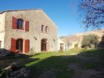 Superb renovated barn with 250 m² of living space on 965 m² in the heart of the village.