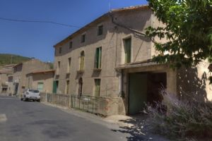 Spacious house to renovatd with 6 bedrooms and a 2000 m² garden with stream.
