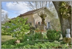 Very close to Bergerac, 2 houses, winery and barn on a 200m2 site, with a view over the vineyards.