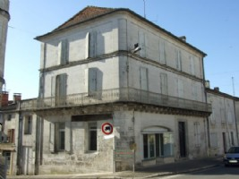 Large Townhouse with shop front in Montmoreau