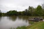 Bel étang avec petite maison