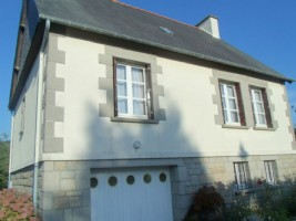 5mn dinan: close to all amenities, detached house with enclosed garden.