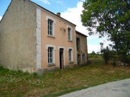 For sale in the Creuse, house to renovate in a beautiful hamlet.