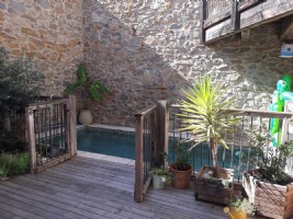 Pretty village house with 170 m² of living space, 4 bedrooms, terraces and pool.