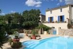 Pretty renovated winegrower's house with 210 m² of living space, non-adjacent garden with pool.