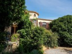 Nice traditional villa with 278 m² of living space on 2873 m² in the heart of the vineyards.
