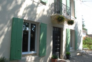 On the edge of the Canal, renovated maison de Maitre with 6 bedrooms, garden and pool.