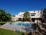 Contemporary villa with 152 m² plus basement of 150 m² and garage on 994 m² with pool.