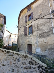 Character house with 2 bedrooms, cellar and attic in the heart of the village.
