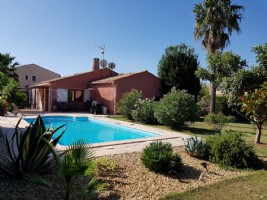 Detached single storey villa with 105 m² of living space on 943 m² of land with pool.