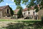 Proche Salignac, ensemble maison et granges en pierre à restaurer