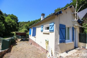 Single-storey and terraced house on one side.975 m² of land