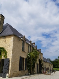 Elegant old Presbytery in the heart of stud-farm country with converted Stables- land 15000 m²