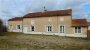 House with 3 bedrooms, garden, 4km shops and 1km to lake