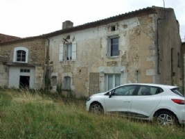Village house with barn, for renovation. Montmoreau 5 minutes.