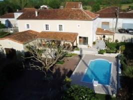 Village House, 271 m², 6 bedrooms, pool, land 9577 m² - Charente