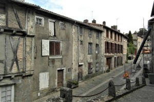 Two old houses, part 15th C on 375m² in the historic district of medieval Parthenay, 79200