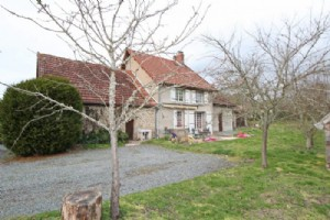 Between Bonnat and Gueret, a detached house and its barn, in a peaceful hamlet.