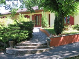 Contemporary style house with separate apartment, near Lalinde